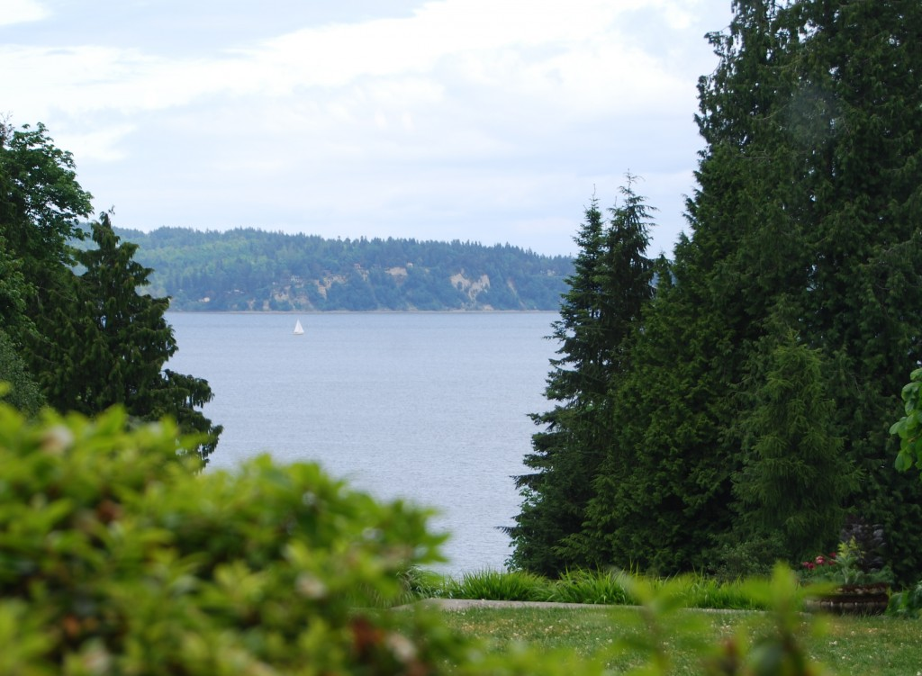 How many miles of coastline does Bainbridge Island have?